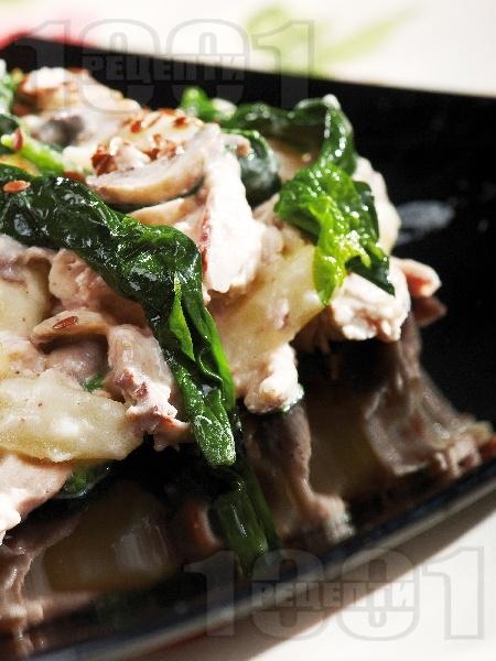 Пиле яхния с гъби печурки, картофи, лук, спанак, течна сметана и бяло вино в тенджера - снимка на рецептата
